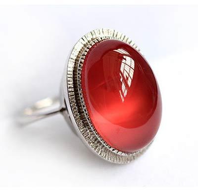 卓洋红纹石戒指
